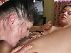 یک زن بالغ ، بی شرمانه ، شیردوشی سرسبز را در خیابان زیر سکسی کیر در کون لباس خود نشان می دهد
