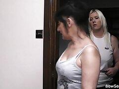 بعد از کنفرانس ، بلوند شکننده خودش را در همان اتاق با رئیس خود پیدا می کند و او را در دوش پیدا کلیپ کیر تو کون می کند که به آرامی دختر را شستشو می دهد و بعد از لگد زدن با شور و شوق در واژن تراشیده