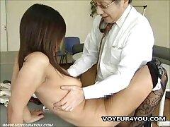 ستاره پورن سیلویا ساین الاغ خود را زیر یک عکس سکسی کیر توی کون دیک عظیم قرار می دهد