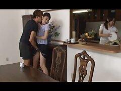 داغ MILF با كير مرد در كون زن جوانان بزرگ جعلی سوارکاری را شبیه سازی می کند